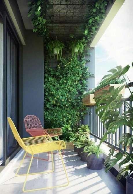16. Decoração com plantas para varanda pequena e moderna com poltronas coloridas – Foto: Apartment Therapy