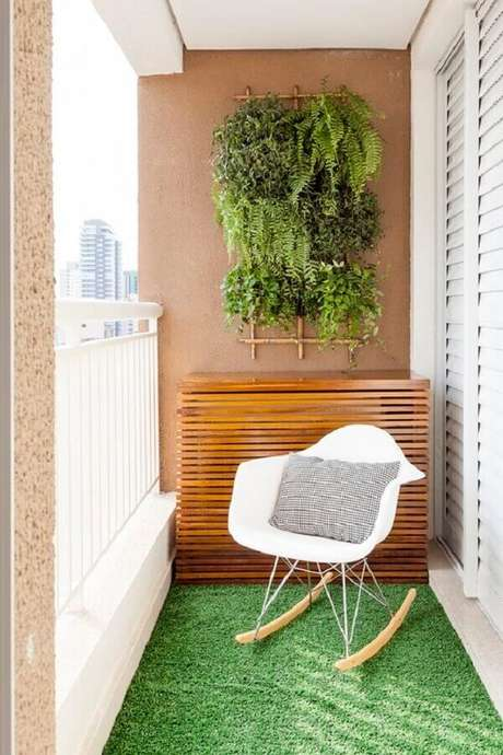 17. Decoração com plantas para varanda com tapete de grama e cadeira eames de balanço – Foto: Life by Lufe