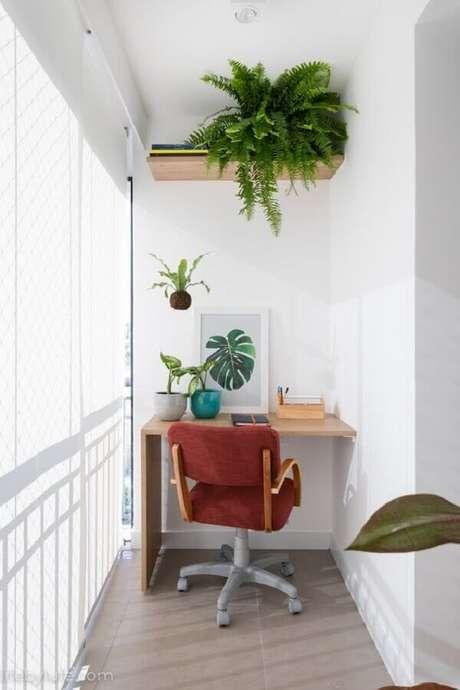 7. Decoração com plantas para varanda pequena com home office – Foto: Life by Lufe