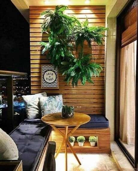19. Plantas para varanda pequena decorada com banco de canto planejado – Foto: Simples Decoração