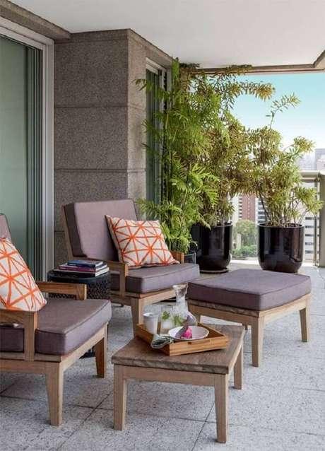 21. Decoração moderna com vasos de plantas para varanda ampla de apartamento – Foto: Jeito de Casa