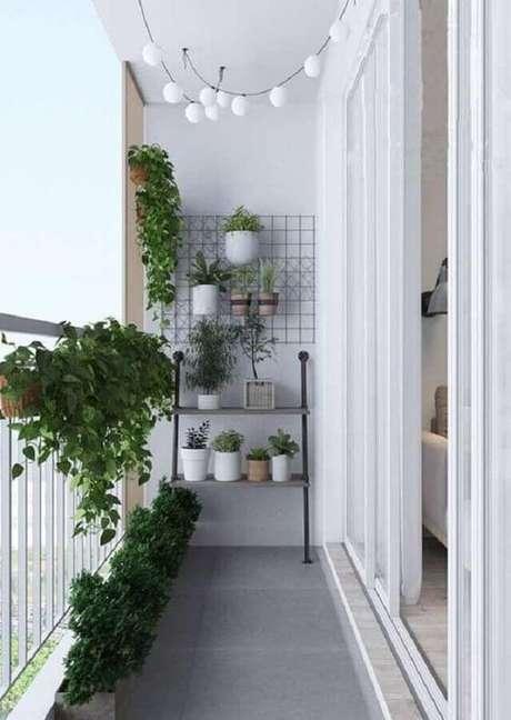 22. Decoração clean e minimalista com plantas para varanda pequena – Foto: Iaza