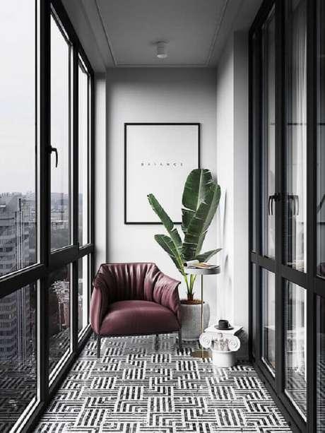 23. Decoração moderna com poltrona confortável e plantas para varanda pequena – Foto: Behance