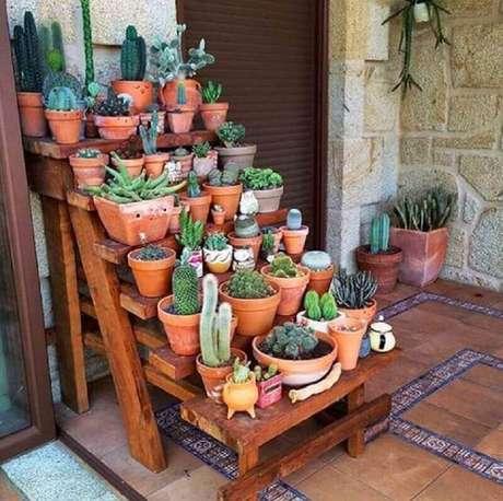 24. Decoração rústica com vasos de plantas para varanda – Foto: O Meu Jardim