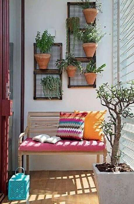 26. Decoração simples com plantas para varanda pequena decorada com banco de madeira – Foto: Simples Decoração