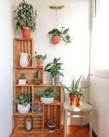 27. Decoração simples com vasos de plantas para varanda apoiados em caixotes de madeira – Foto: Pinterest
