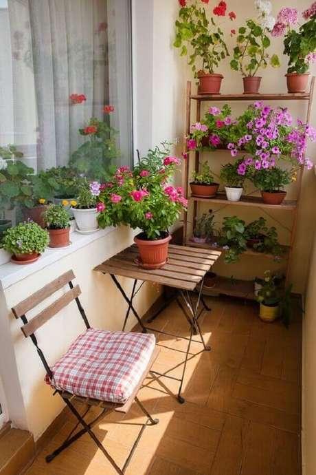 28. Vasos de flores e plantas para varanda pequena – Foto: Apartment Therapy