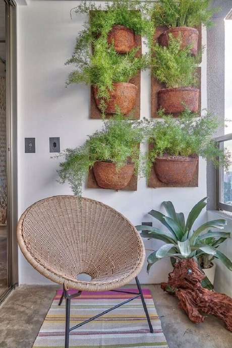 29. Jardim vertical com vasos de plantas para varanda – Foto: Casa de Valentina
