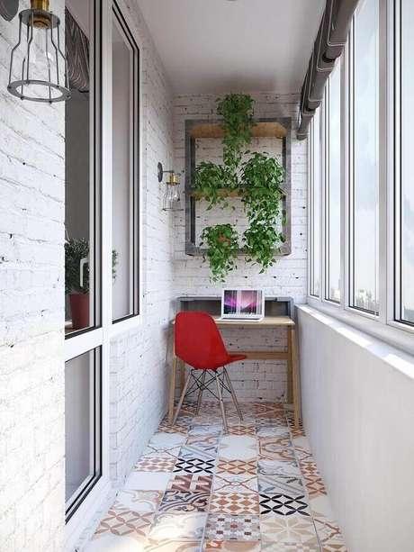30. Decoração com piso hidráulico e plantas para varanda pequena com home office – Foto: Reciclar e Decorar