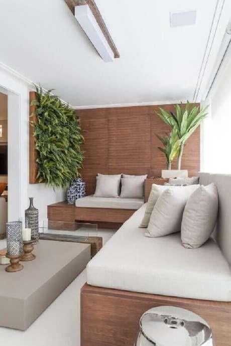 31. Decoração com plantas para varanda de apartamento com móveis planejados – Foto: Pinterest
