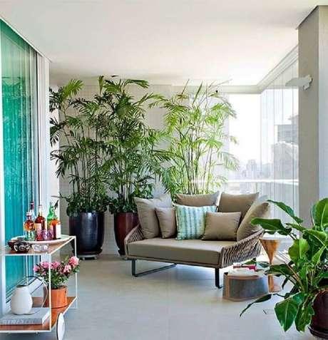 36. Decoração moderna com poltrona confortável e plantas para varanda de apartamento amplo – Foto: Pinterest