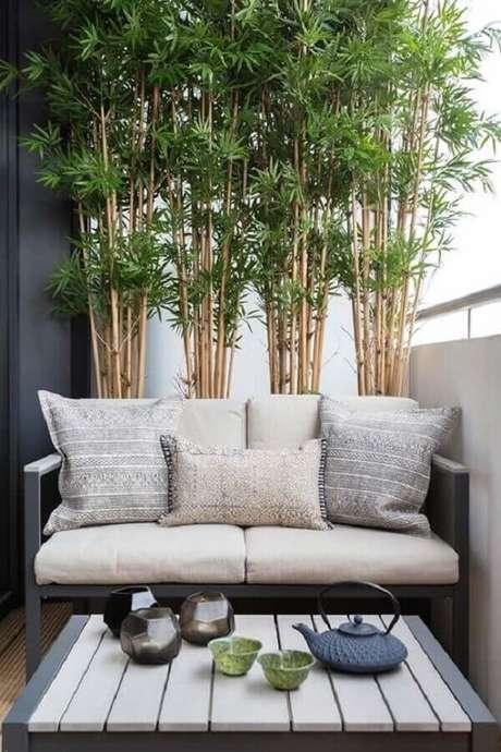 37. Decoração com plantas para varanda de apartamento pequeno e moderno – Foto: Simples Decoração