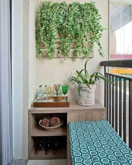 38. O jardim vertical é uma ótima forma de usar plantas para varanda pequena – Foto: MdeMulher