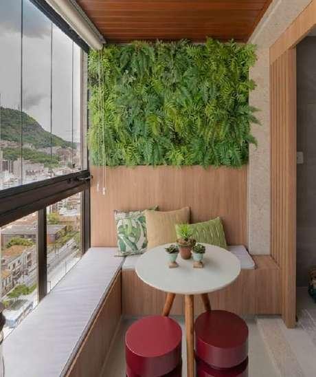 39. Decoração com canto alemão e jardim vertical com plantas para varanda com sombra – Foto: CasaFull