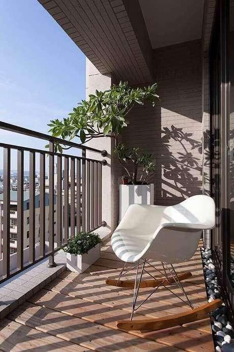 40. Decoração com cadeira de balanço e plantas para varanda com sol – Foto: ZAP em Casa