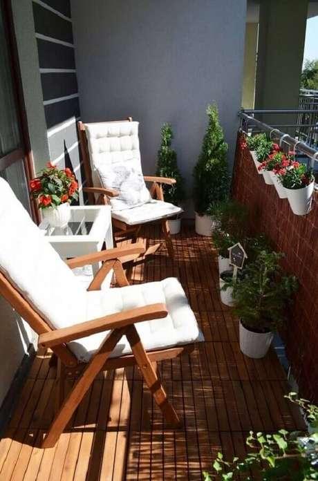 41. Plantas para varanda com sol decorada com poltronas de madeira – Foto: Everything Backyard