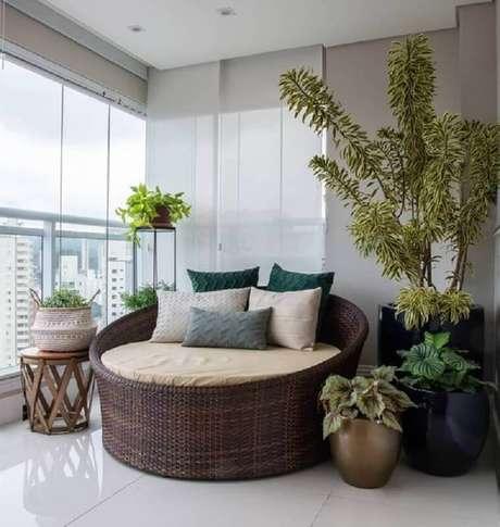 46. Decoração com sofá redondo e plantas para varanda de apartamento grande – Foto; Pinterest