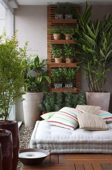 48. Vasos de plantas para varanda de apartamento com almofada futton grande – Foto: Arquitrecos