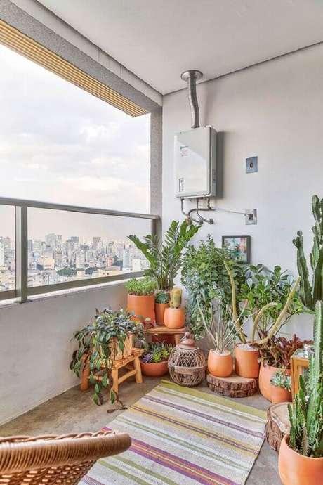 50. Decoração simples com vários vasos de plantas para varanda – Foto: Casa de Valentina
