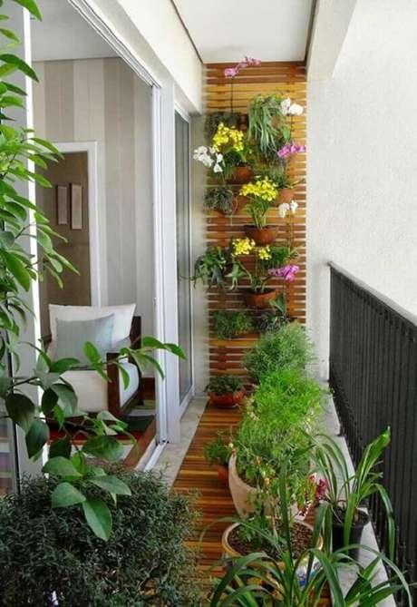 55. Decoração com plantas para varanda pequena de apartamento – Foto: Lolafá