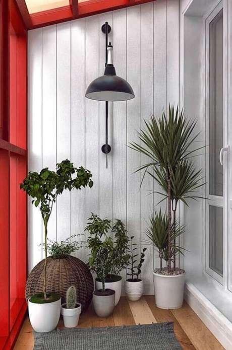 57. Vasos de plantas para varanda vermelha e branca decorada com luminária de parede – Foto: Artesanato e Reciclagem