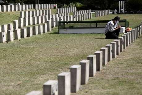 Mulher visita cemitério no Rio de Janeiro 02/11/2020 REUTERS/Ricardo Moraes