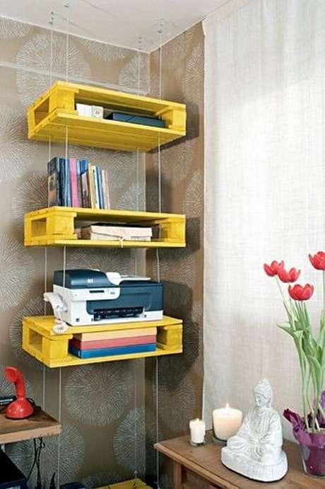 18. A prateleira de pallet amarela ilumina a decoração do ambiente. Fonte: Pinterest