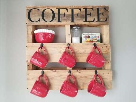 49. A prateleira de pallet deixa expostas as xícaras de café. Fonte: Pinterest