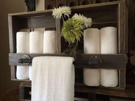57. A prateleira de pallet para banheiro recebeu um suporte metálico para toalha. Fonte: Pinterest