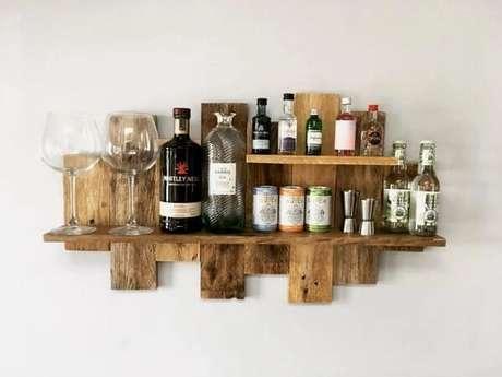 25. A prateleira de pallet para bar acomoda garrafas e copos. Fonte: Handmade By Keira