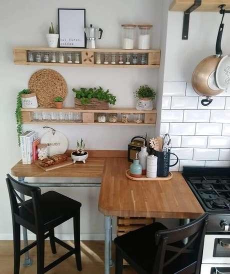 4. A prateleira de pallet para cozinha ajuda na organização dos temperos. Fonte: Claire