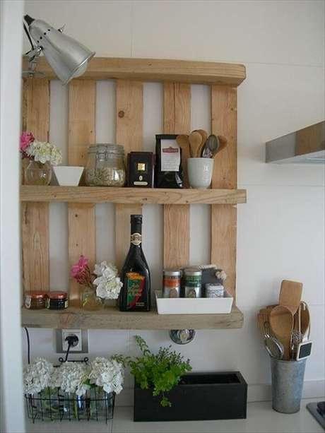 36. A prateleira de pallet para cozinha é muito versátil. Fonte: Pinterest