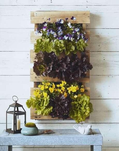30. A prateleira de pallet para plantas forma um lindo jardim vertical. Fonte: Pinterest