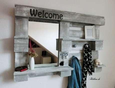 58. A prateleira de pallet para quarto com espelho ajuda nas etapas de embelezamento. Fonte: Pinterest