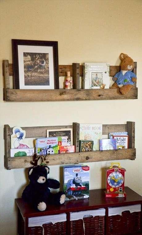 32. A prateleira de pallet para quarto serve de apoio para objetos decorativos. Fonte Pinterest