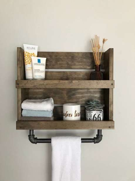 31. Aposte na decoração rústica com prateleira de pallet para banheiro. Fonte: Pinterest
