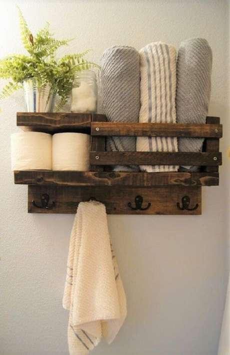 54. Aproveite a prateleira de pallet para banheiro para organizar itens de higiene. Fonte: Pinterest