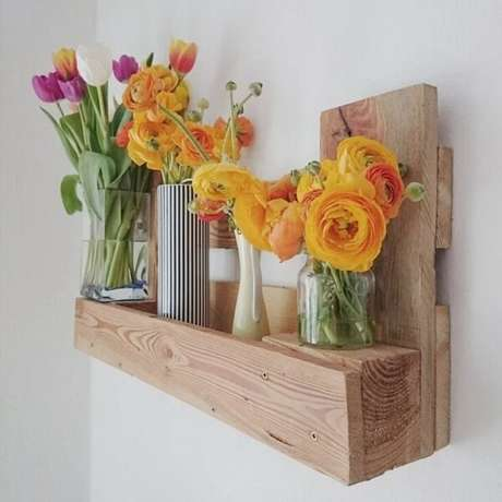 41. As flores deixam a prateleira de pallet ainda mais linda. Fonte: Judith