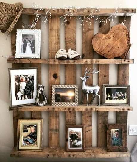 12. Decore a prateleira de pallet com diversas fotos. Fonte: Mini Country Home