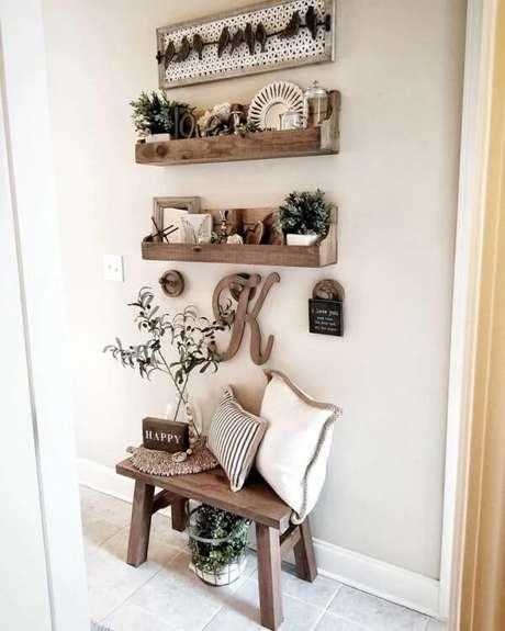 1. Decore a prateleira de pallet quarto com objetos especiais. Fonte: Tickled Peach Designs