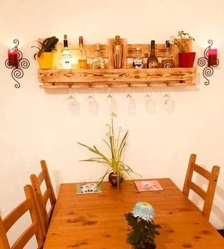 14. Fixe uma prateleira de pallet com suporte de taças na sala de jantar. Fonte: Mobelette