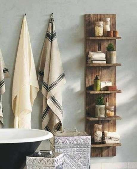 40. Modelo de prateleira de pallet para banheiro vertical. Fonte: Pinterest