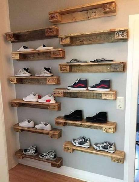 51. Neste projeto a prateleira de pallet preenche toda a parede e ajuda na organização dos sapatos. Fonte: Pinterest