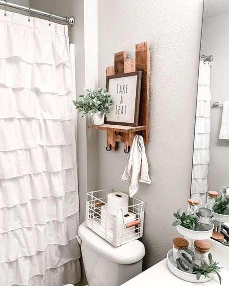 23. O banheiro também pode ganhar uma charmosa prateleira de pallet. Fonte: Crystal