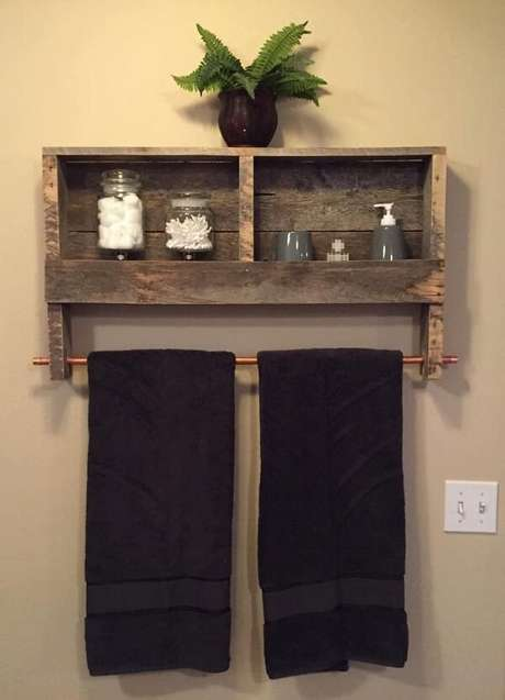 6. O suporte metálico da prateleira de pallet para banheiro acomoda duas toalhas de banho. Fonte: Pinterest