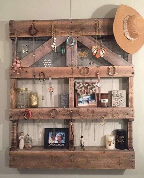 7. Organize brincos, colares e pulseiras na prateleira de pallet para quarto. Fonte: Pinterest
