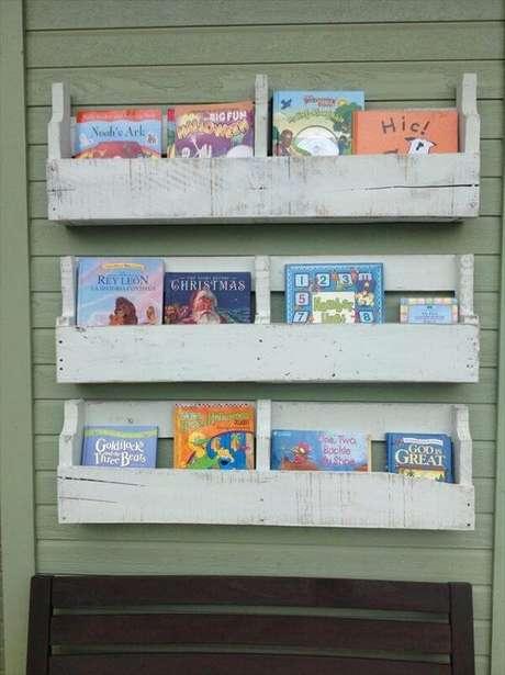 37. Organize o quarto infantil com essa prateleira de pallet para livros. Fonte: Pinterest