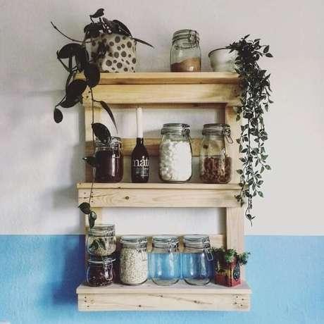 24. Posicione potes de mantimentos na prateleira de pallet para cozinha. Fonte: Buntes