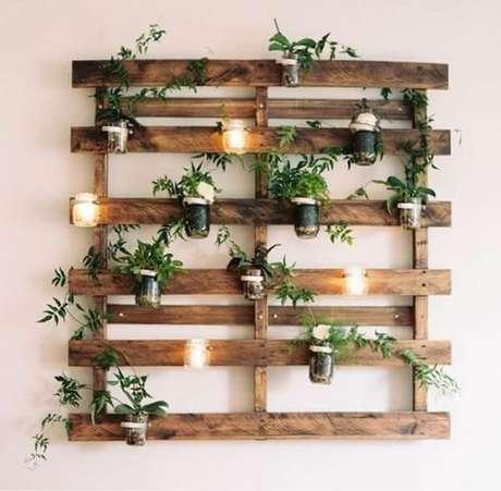 52. Prateleira de pallet para plantas e velas decorativas. Fonte: Pinterest