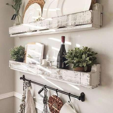 53. Pratos e demais utensílios foram organizados na prateleira de pallet para cozinha. Fonte: Pinterest